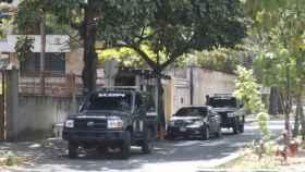 Vehículos del Sebin (Servicio Bolivariano de Inteligencia) patrullando ante la Embajada de España en Venezuela.