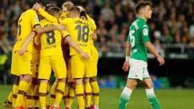 Los jugadores del Barcelona celebran uno de los goles al Betis