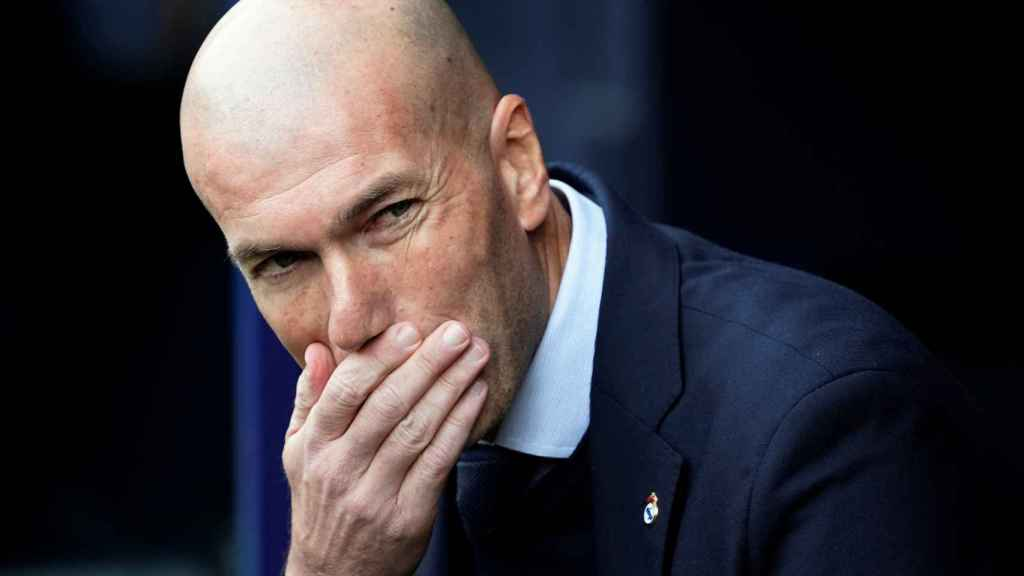 Zidane siguiendo desde el banquillo el Osasuna - Real Madrid