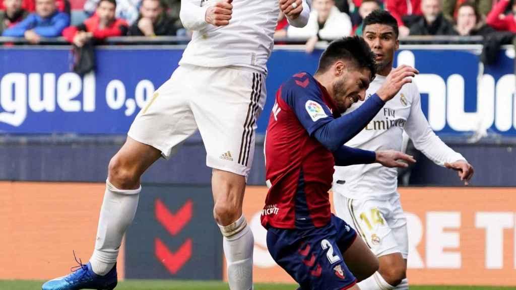 Gareth Bale remata un balón aéreo por encima de un jugador de Osasuna