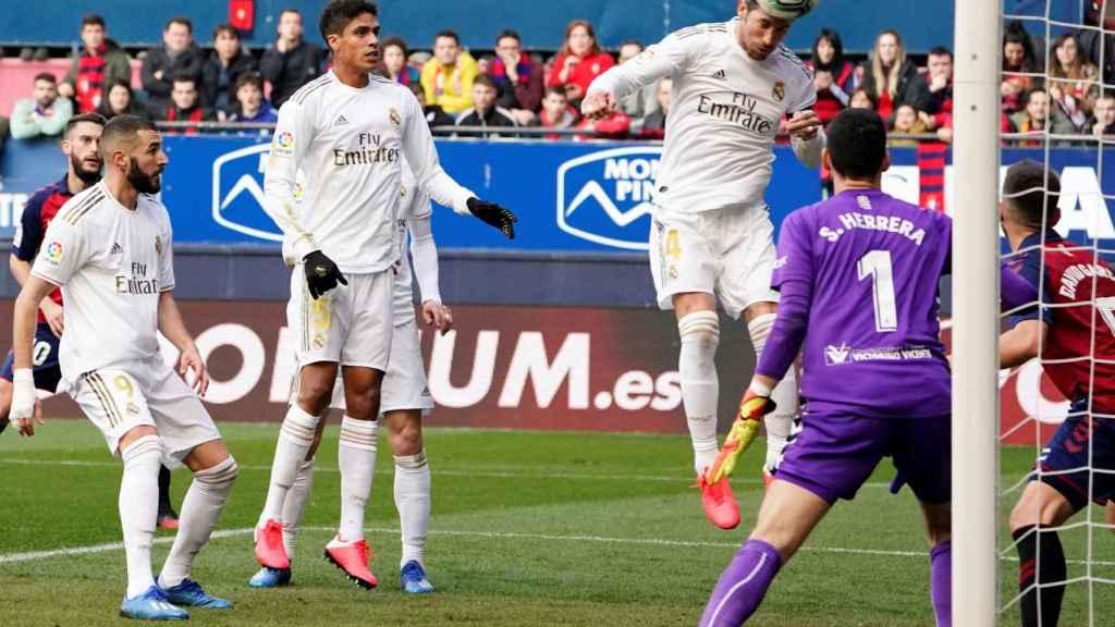 Sergio Ramos remata el balón a la red de la portería de Osasuna