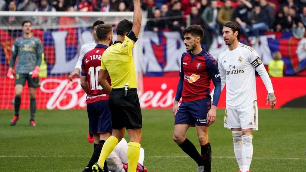 Gil Manzano muestra la amarilla a Nacho Vidal