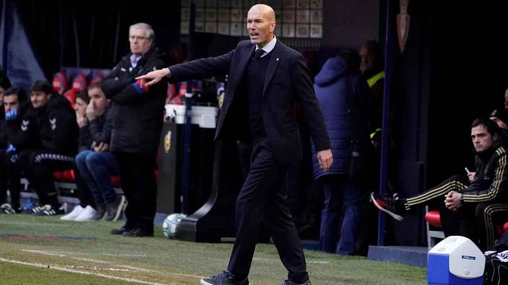 Zinedine Zidane da órdenes desde la banda del Sadar