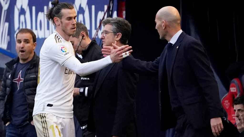 Gareth Bale saluda a Zidane tras ser sustituido ante Osasuna