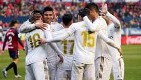 Los jugadores del Real Madrid felicitan a Jovic tras marcar el cuarto gol blanco a Osasuna