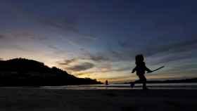 Un niño caminando por Galicia.