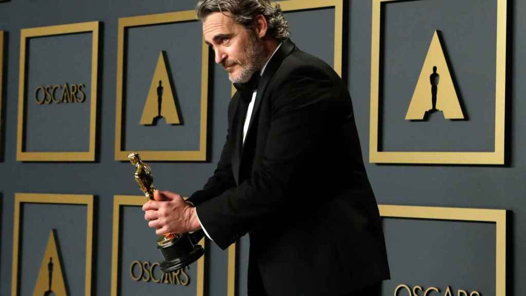 Joaquin Phoenix con su Oscar por Joker.