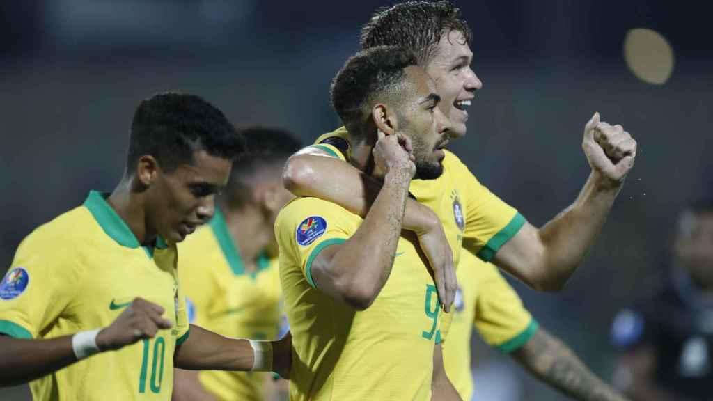 Matheus celebra un gol con Brasil