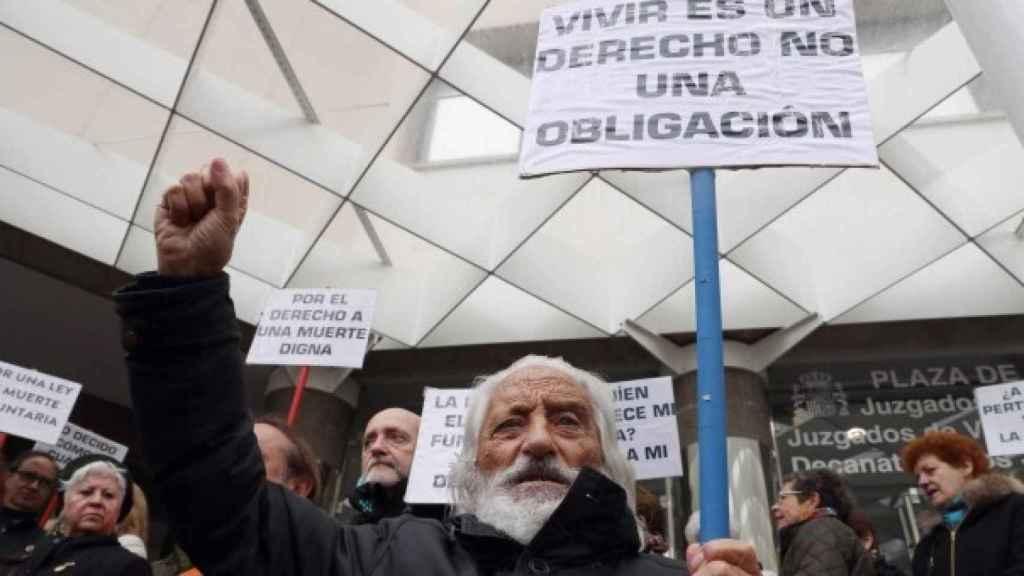 Concentración convocada por la asociación 'Derecho a Morir Dignamente' en Madrid.