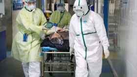 El trabajo de los médicos en la zona cero del coronavirus. China Daily / Reuters.