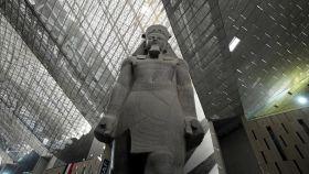 Estatua colosal de Ramsés II en el Gran Museo Egipcio.