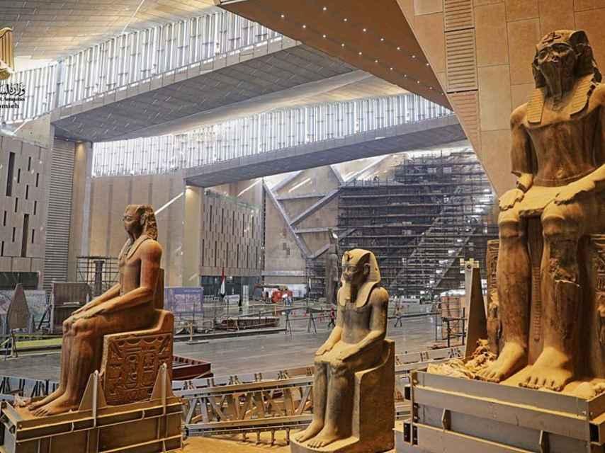 Tres estatuas colosales que se mostrarán en el Gran Museo Egipcio.
