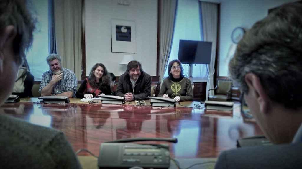 Juan López de Uralde y Rafa Mayoral, reunidos con productores agrarios en el Congreso de los Diputados.