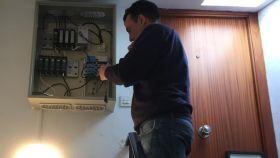 Patricio Alda, uno de los antenistas que trabaja para adaptar las antenas en España.