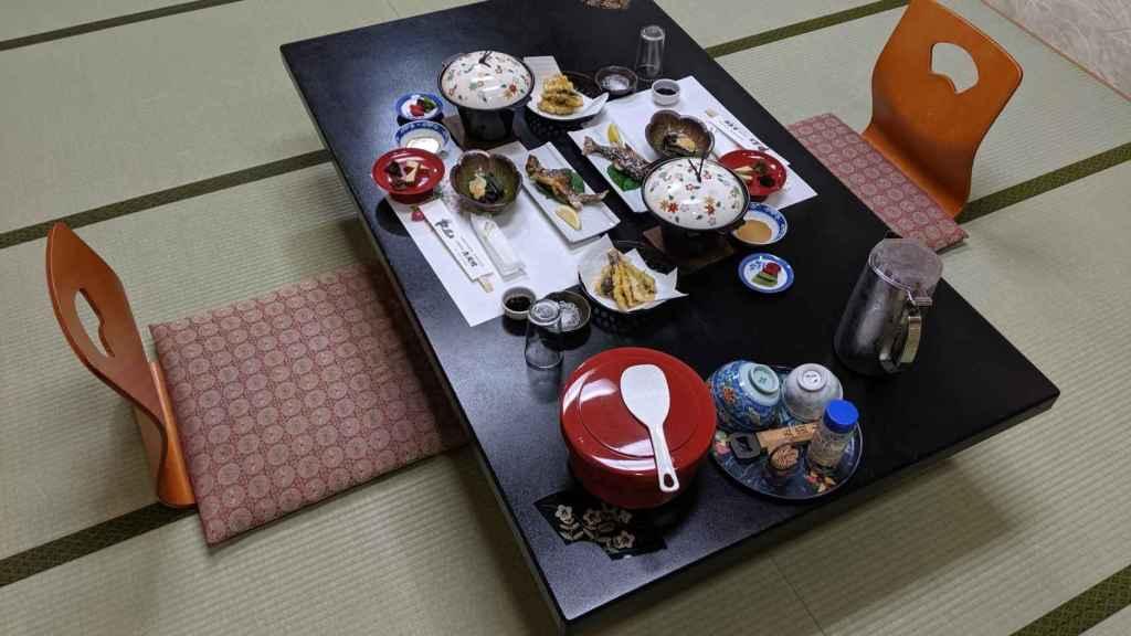 Cena en un ryokan en Japón
