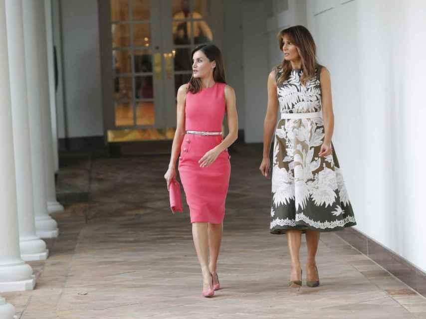 Letizia y Melania Trump caminando por la Casa Blanca durante su encuentro en 2018.
