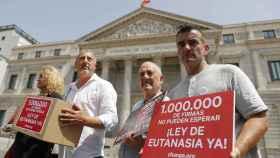 Varios ciudadanos piden una ley de Eutanasia en la puerta del Congreso.