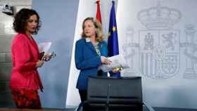La ministra de Hacienda, María Jesús Montero, junto a la vicepresidenta económica, Nadia Calviño, en Moncloa.