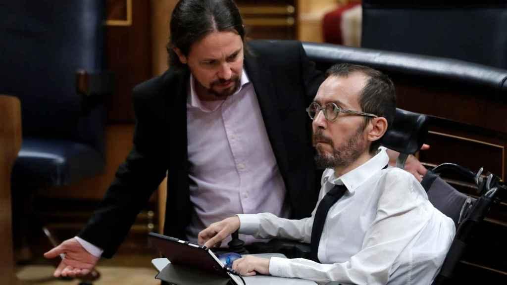Pablo Iglesias y Pablo Echenique, después del incidente en el debate de la eutanasia del Congreso.