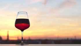 Una copa de vino medio llena.