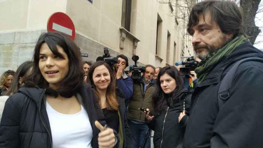 Isa Serra, acompañada de Ione Belarra y Rafa Mayoral, a su entrada al juicio en el TSJM.