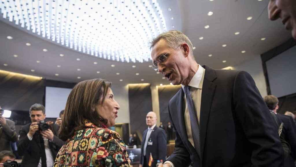 Margarita Robles saluda a Jens Stoltenberg durante la reunión de la OTAN de este miércoles