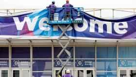 Dos trabajadores en la Fira de Barcelona donde se ultiman los preparativos para el Congreso Mundial de Móviles (MWC) de Barcelona
