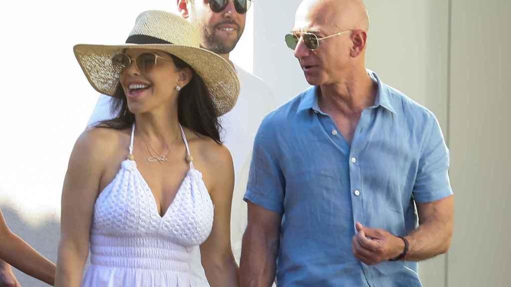 Jeff Bezos junto a su actual pareja