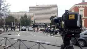 Los españoles repatriados de Wuhan (China) abandonan el hospital en sus coches.