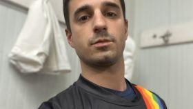 Santiago Rivero posa con la camiseta de su equipo