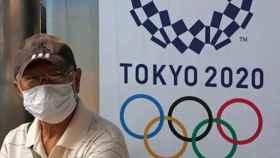 Un señor japonés con una mascarilla.