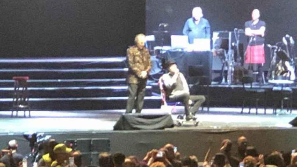 Sabina en silla de ruedas sobre el escenario tras caerse.