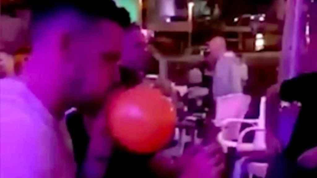 Un jugador del Brighton inhalando el gas de un globo