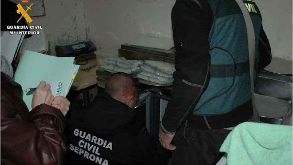 La Guardia Civil interviene el local.