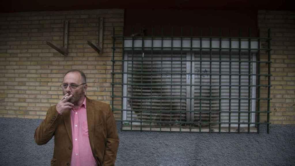 Antonio Del Castillo delante de la ventana del comedor de la casa en la que asesinaron a su hija.