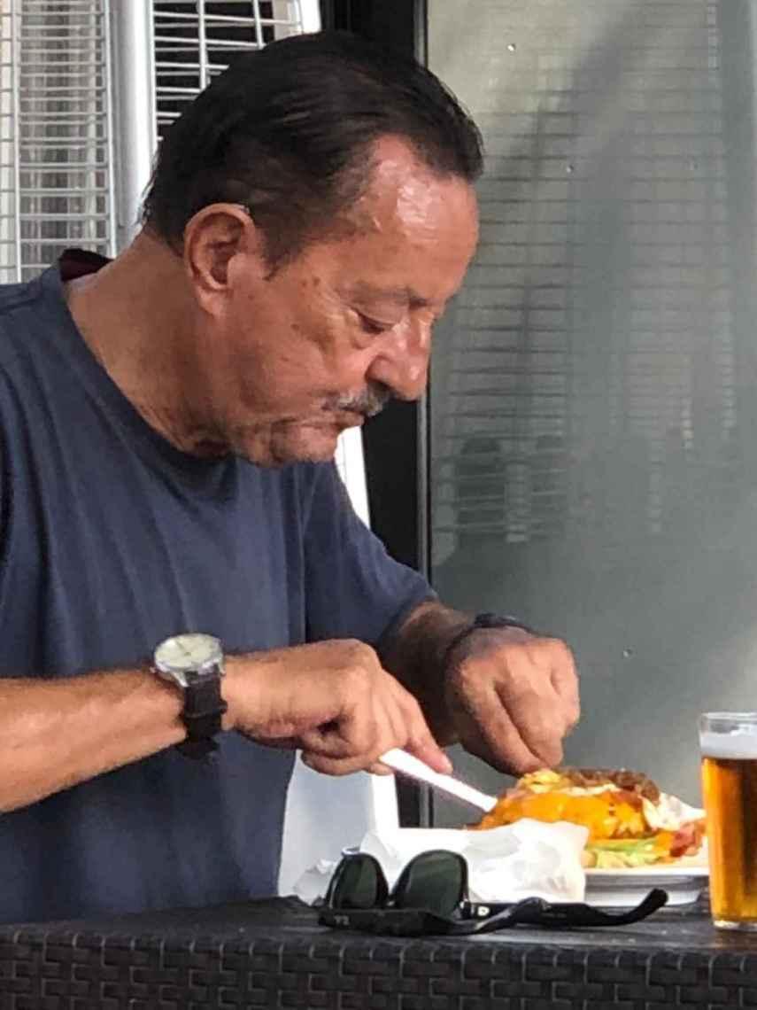 Julián Muñoz, comiendo la especial hamburguesa.