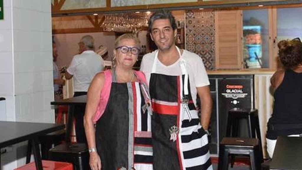 Mayte Zaldívar junto a su novio, Fernando, en el puesto del mercado.