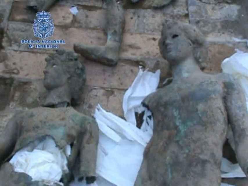 Dos imágenes de las estatuas de bronce recuperadas por los agentes de la UDEV.