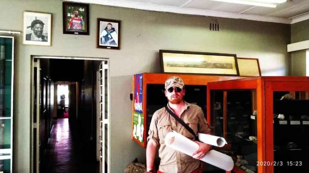El vallisoletano posa con el proyecto de la mina de Sualizandia, en una oficina del Gobierno.