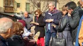 González Cabezas explica el contenido del cuadro del Entierro del Conde de Orgaz en la plaza del Conde