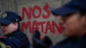 Pintadas de protesta en el palacio presidencial de Ciudad de México