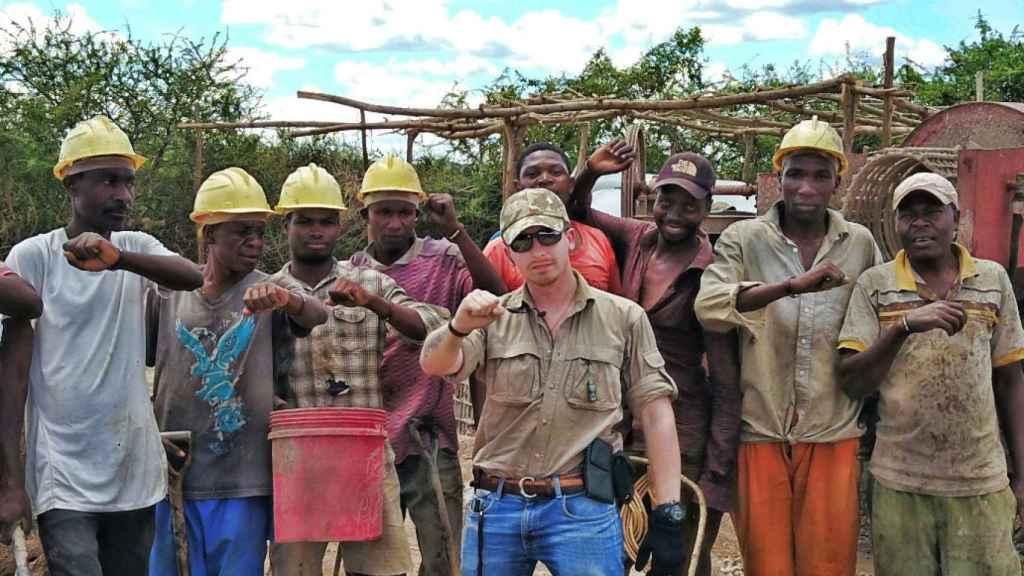 El empresario Manuel García con su equipo de mineros en Tanzania.
