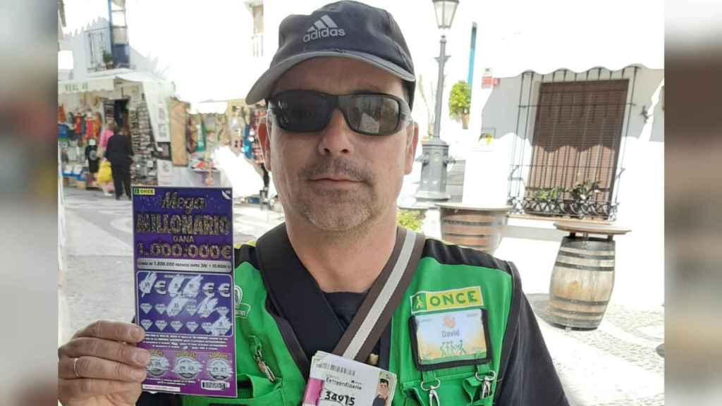 El hombre lleva desde el año 2003 vendiendo cupones en el pueblo de Frigiliana.