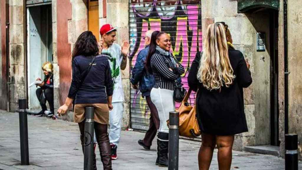 Un grupo de prostitutas en el barrio barcelonés del Raval.
