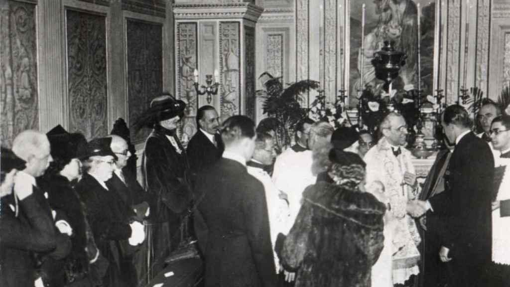 El bautizo del rey Juan Carlos I, en Roma. En la fotografía se ve al futuro papa Pio XII.