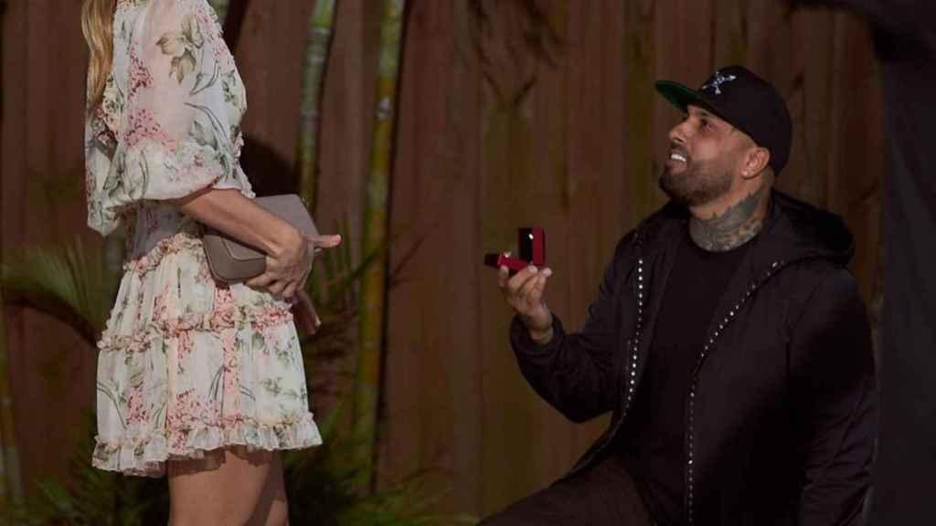 Fotografía del momento en que Nicky Jam le ha pedido matrimonio a su novia.