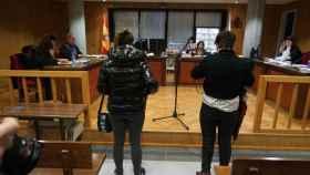 Marta y Cyntia en el Juzgado de lo Penal número 1 de Vigo.