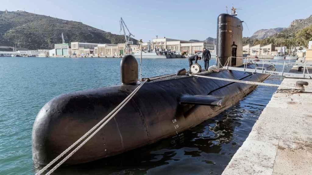 Dos marineros, en la cubierta del 'Mistral', atracado en el Arsenal de Cartagena.