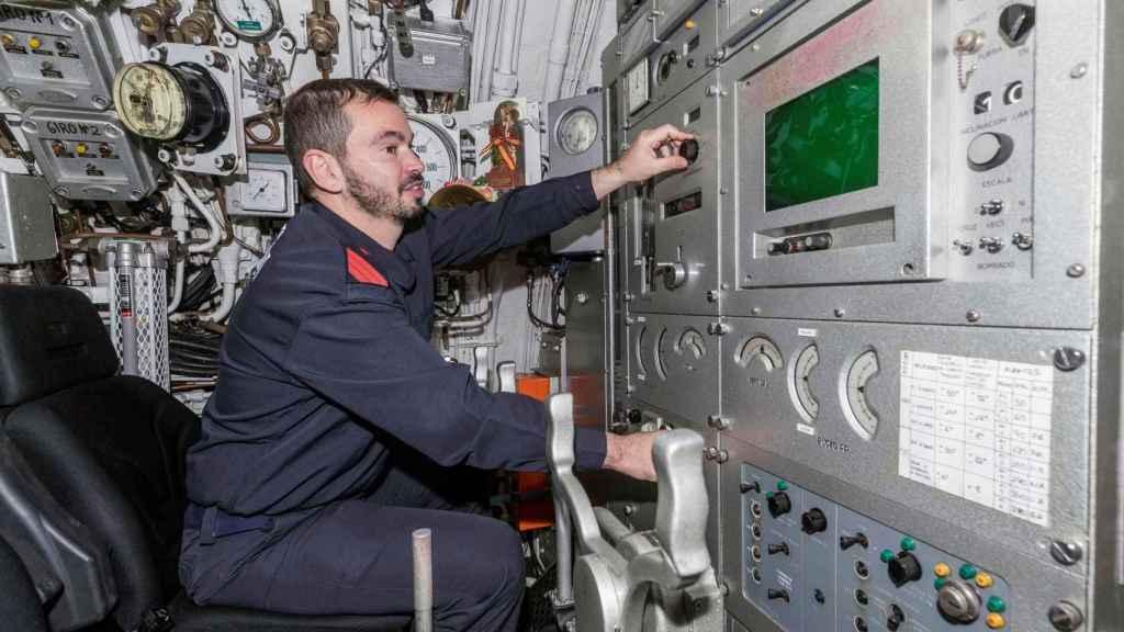Un marinero en el puente de mando del 'Mistral'.