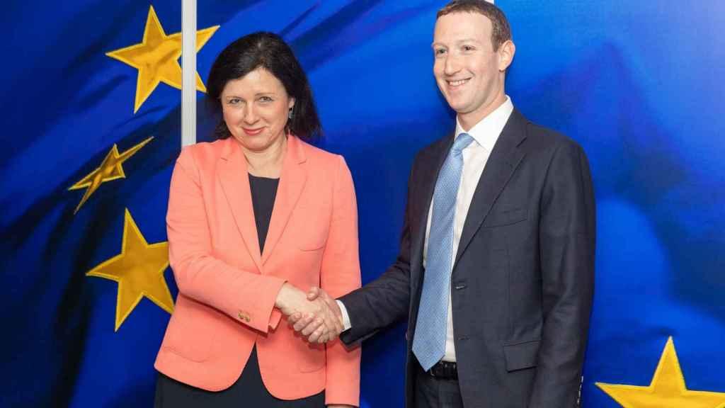 Mark Zuckerberg saluda a la vicepresidenta de la Comisión, Vera Jourova